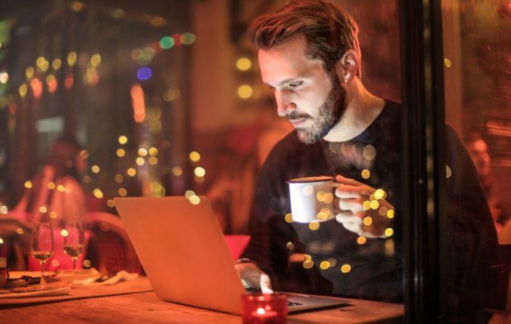 Jugendliche dürfen in der Regel nicht länger als acht Stunden täglich und 40 Stunden in der Woche arbeiten. Je nach Branche sind Ausnahmen möglich.