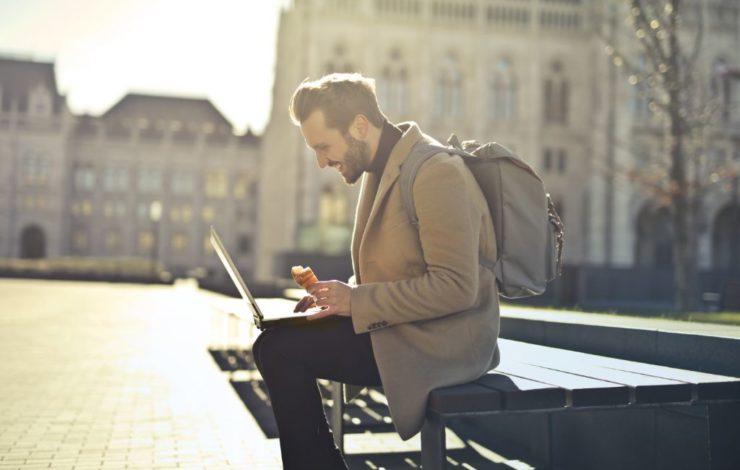 Pausen sind besonders für Jugendliche wichtig, um sich zu erholen und neue Energie zu tanken. Nach spätestens 4,5 Stunden muss der Arbeitgeber seinem minderjährigen Angestellten das ermöglichen.