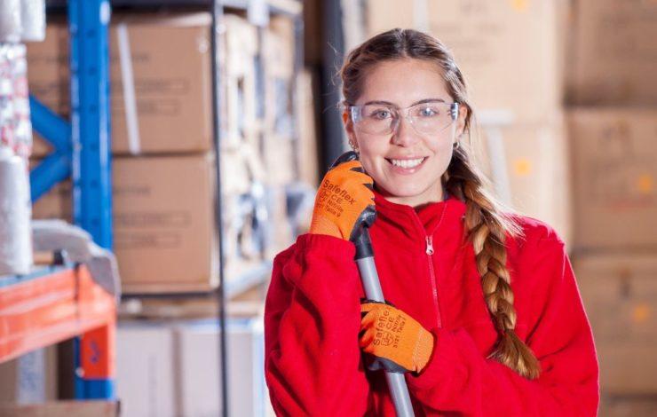 In vielen Berufen kommen die Beschäftigten mit Gefahrstoffen in Berührung. Um die davon ausgehende Gefährdung zu minimieren, ist das Tragen von Schutzhandschuhen Pflicht.