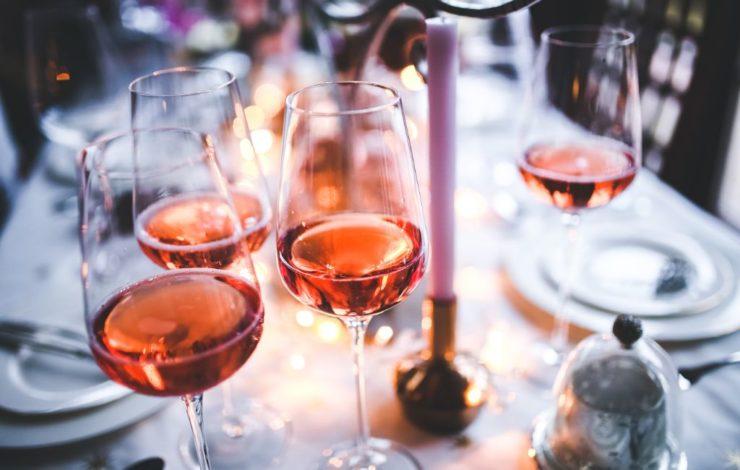 Der Genuss von Alkohol ist auf einer Weihnachtsfeier keine Seltenheit. Doch greift da auch der Versicherungsschutz, wenn ein Unfall passiert?