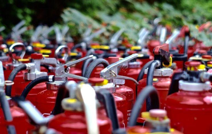 Arbeitsstätten werden zur Ermittlung der Brandgefährdung in drei unterschiedliche Klassen eingeteilt: geringe, mittlere und große Brandgefährdung. Diese Information ist unerlässlich, um die Anzahl der erforderlichen Feuerlöscher festzulegen.