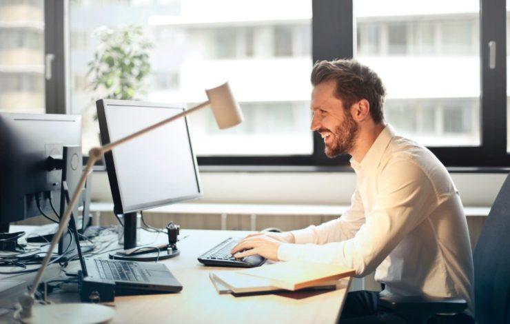 Bildschirmarbeitsplätze müssen so gestaltet sein, dass Beschäftigte auf den Monitor blicken können, ohne sich zu verdrehen. Andernfalls kann es zu Beschwerden im Schulter-Nackenbereich kommen.