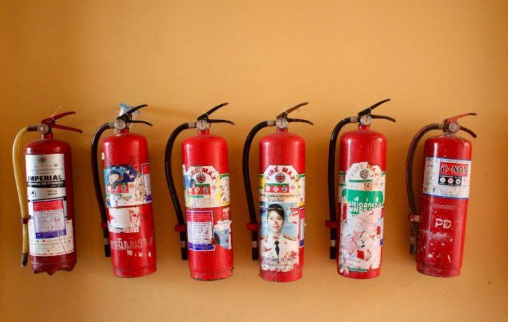 Feuerlöscher sollten gut sichtbar und für alle erreichbar angebracht werden. Ist dies nicht möglich, müssen Hinweisschilder den Standort des Feuerlöschers anzeigen.