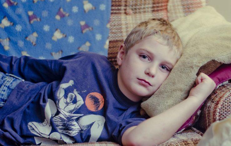 Gerade kleine Kinder können nicht einfach alleine zu Hause bleiben, wenn sie krank sind. Aber können die Eltern dann einfach krankfeiern oder besteht ein Anspruch auf Freistellung?