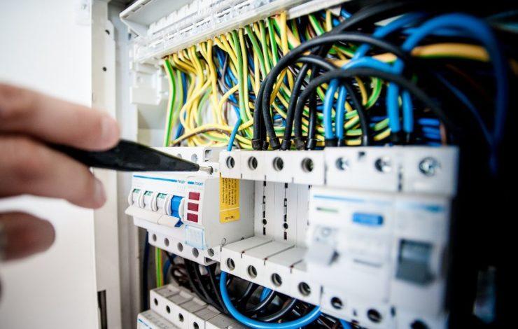 Elektrische Betriebsmittel müssen regelmäßig auf ihre Funktionstüchtigkeit überprüft werden, um Mitarbeiter zu schützen.